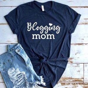 blogging mom tee as an awesome gifts for bloggers idea